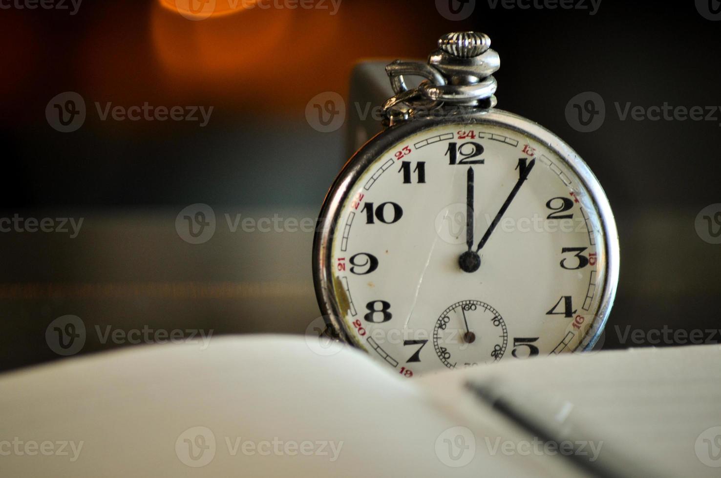orologio da tasca. simboli del tempo foto