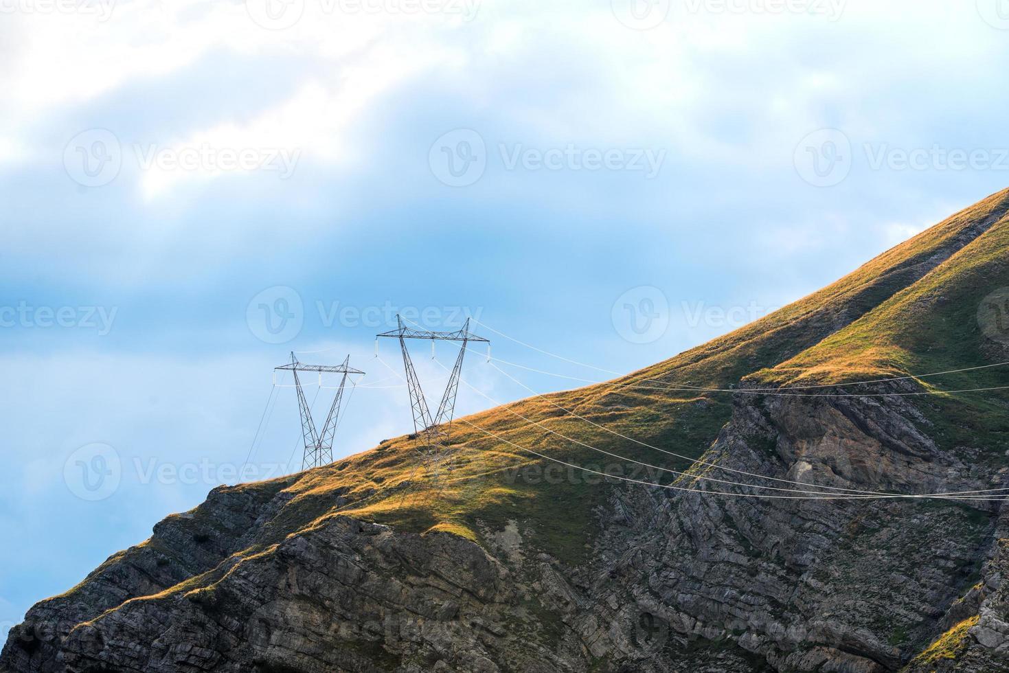 piloni di potenza in montagna foto