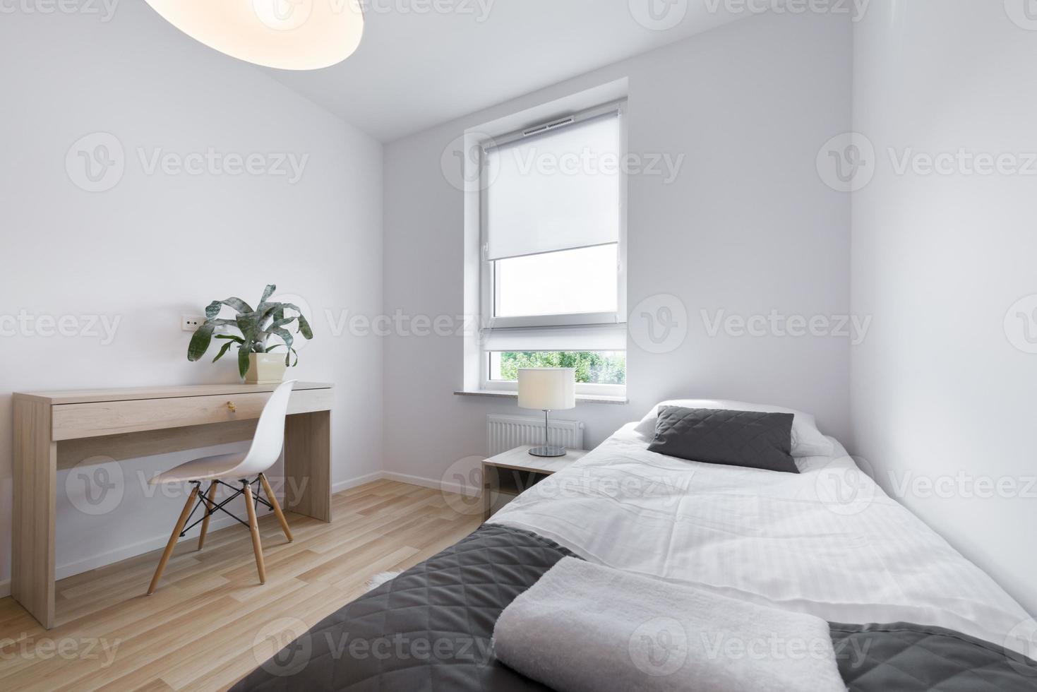 piccolo e moderno design degli interni della camera da letto foto