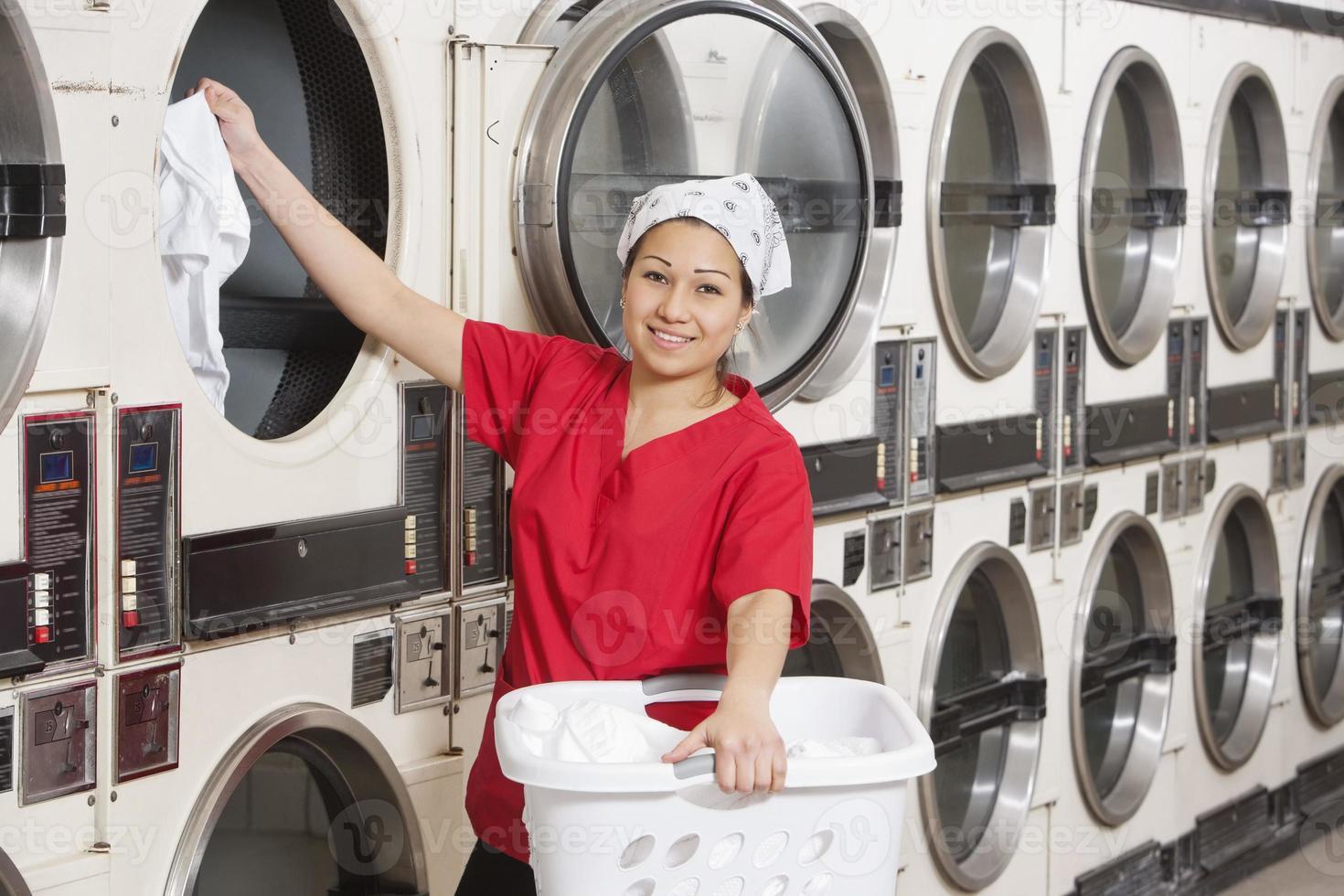 lavoratore felice lavanderia a gettoni foto