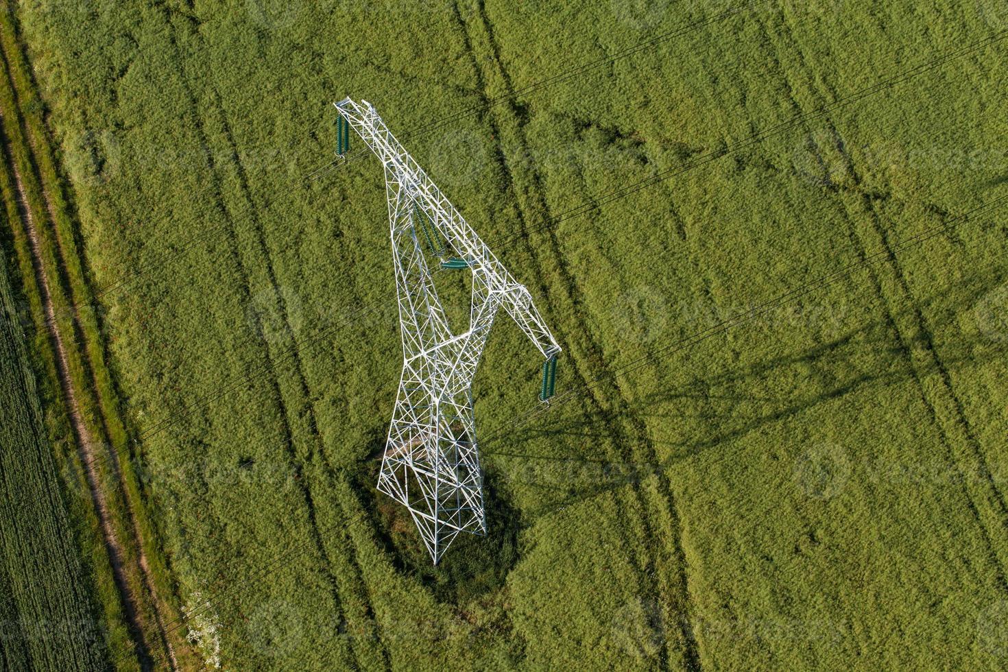 vista aerea della torre di energia elettrica su larga scala dei cavi elettrici foto