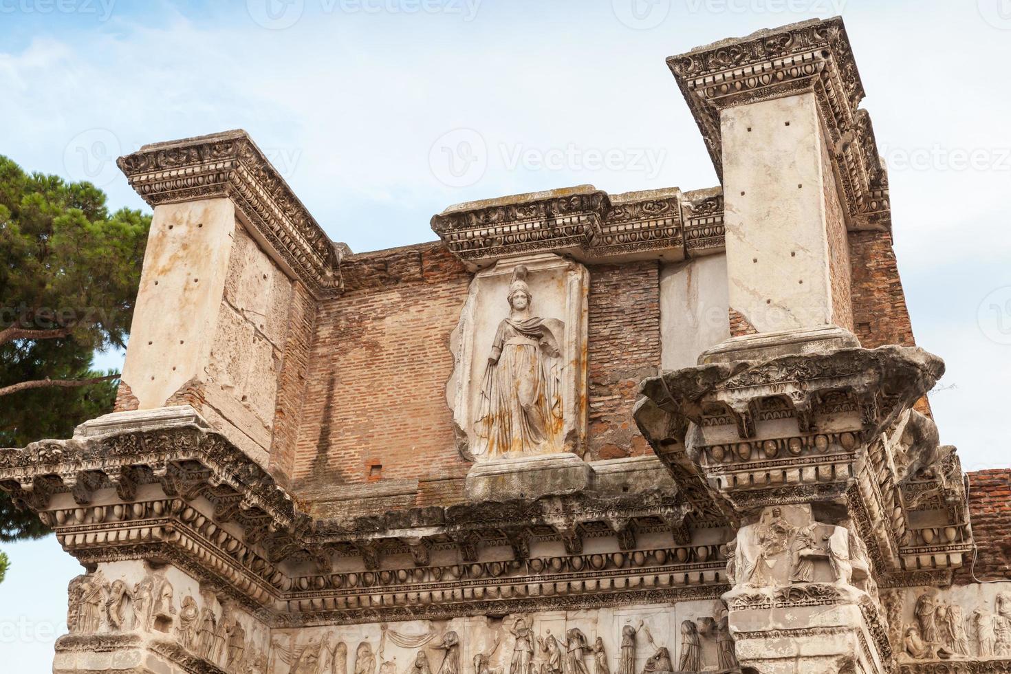 resti del tempio di minerva, roma, italia foto