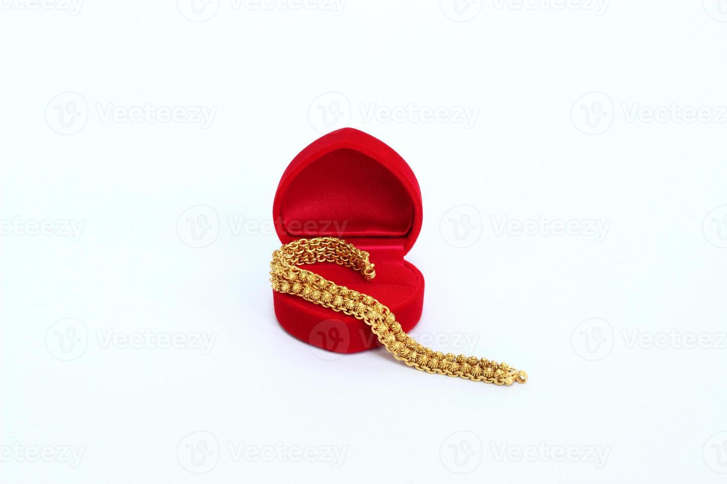 bracciale in oro con scatola di velluto rosso foto