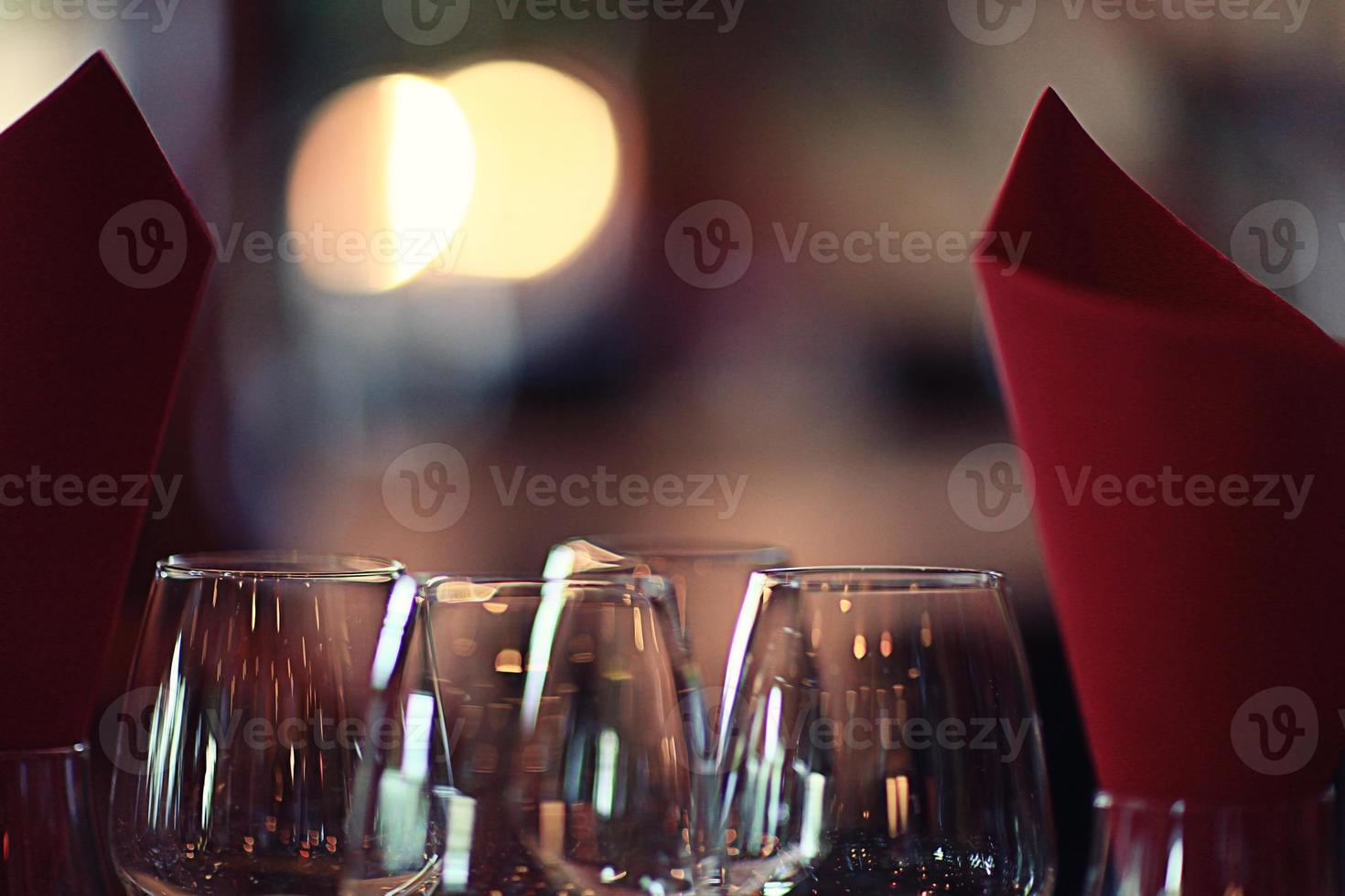 bicchiere di vino ristorante interno che serve la cena foto