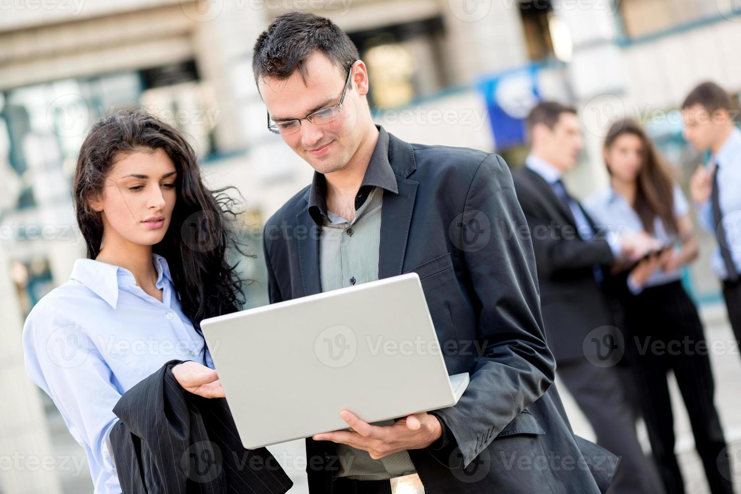 giovani soci d'affari con un computer portatile foto