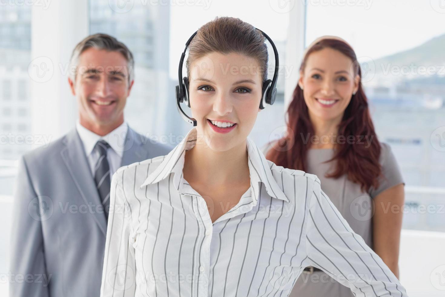 imprenditrice che indossa un auricolare di lavoro foto