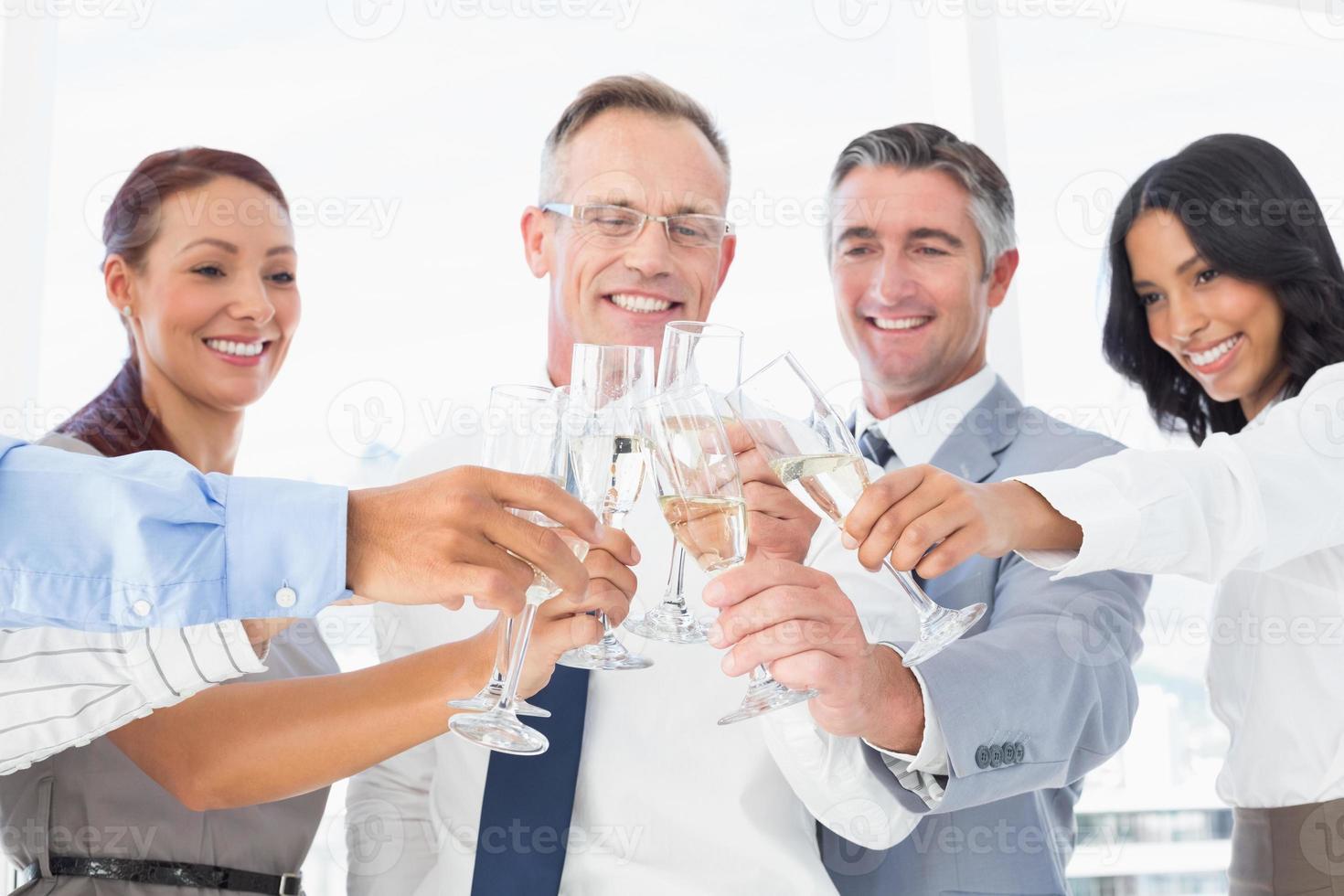 lavoratori aziendali che hanno una festa foto