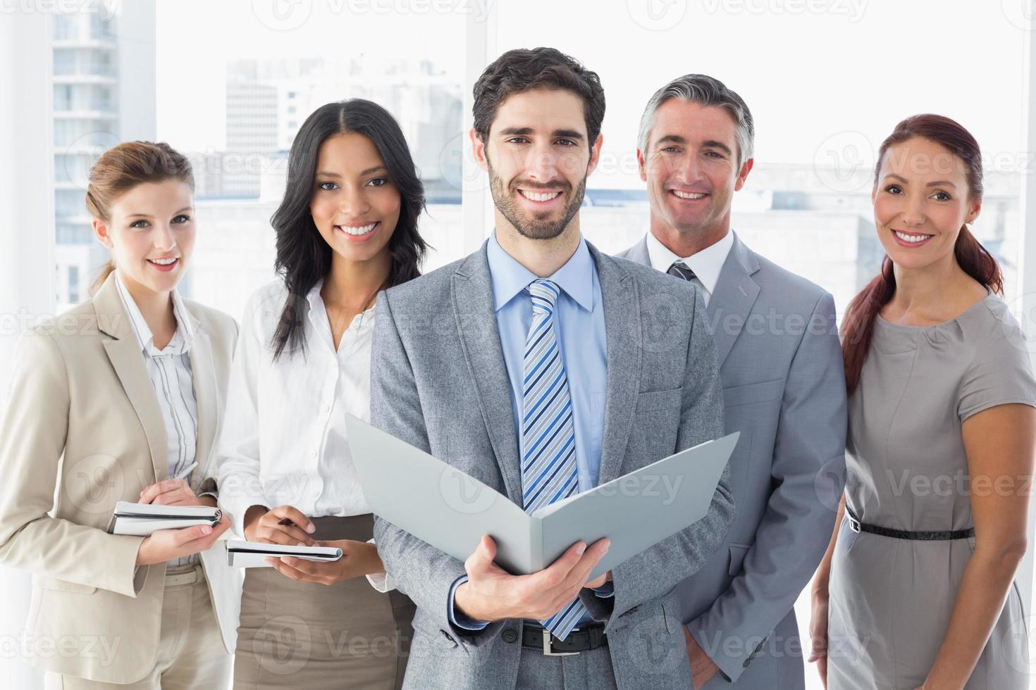 squadra di affari che legge dai file foto