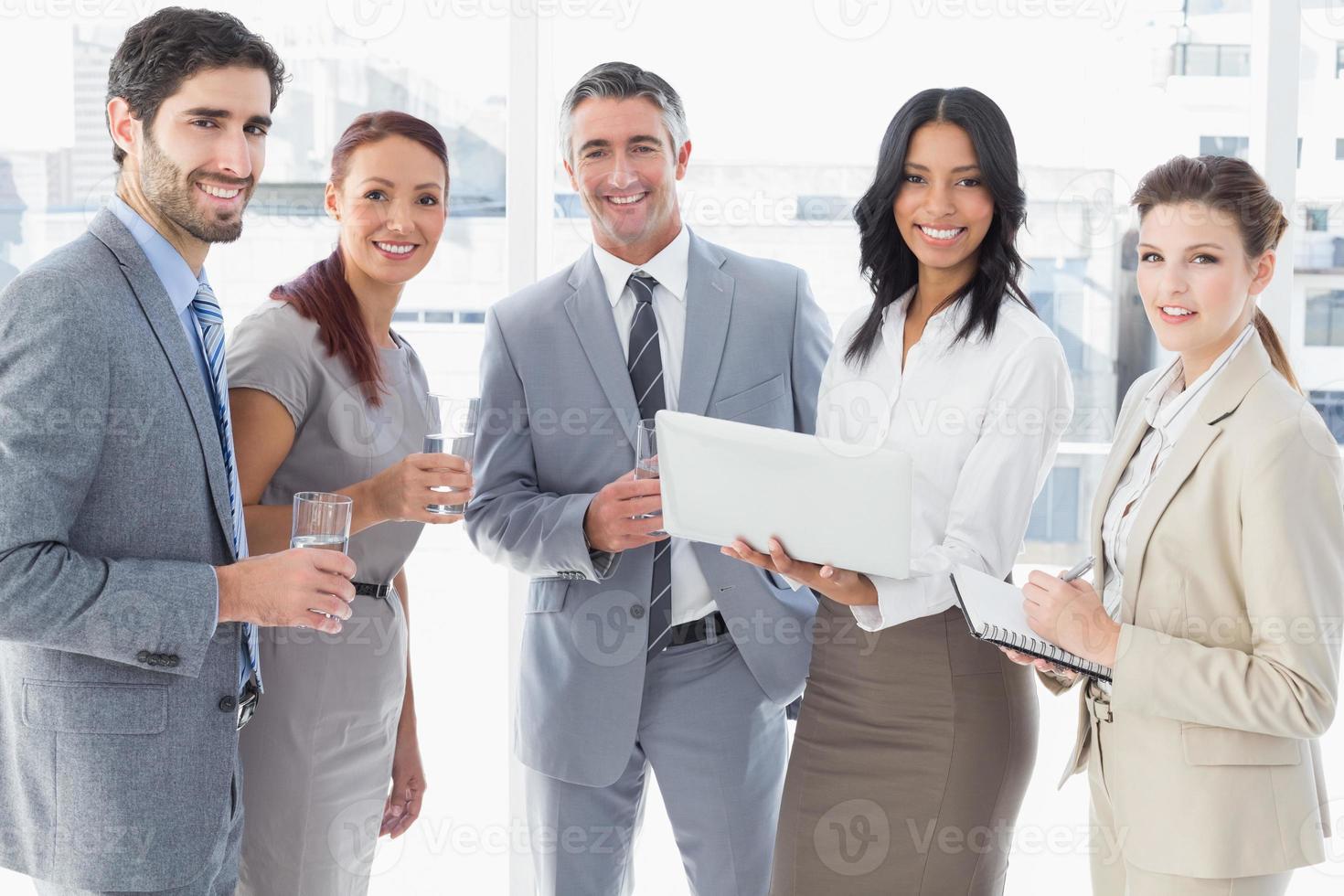 squadra di affari che beve qualcosa foto