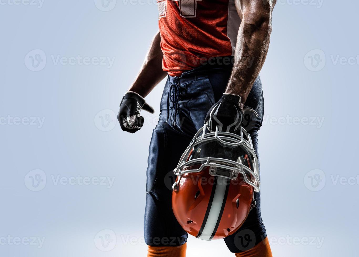 giocatore di football americano nel bianco di azione isolato foto