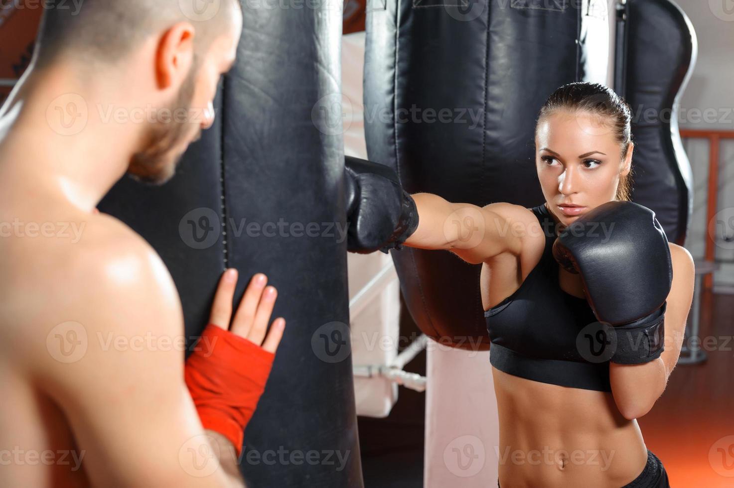 allenatore di boxe allena la sua squadra foto