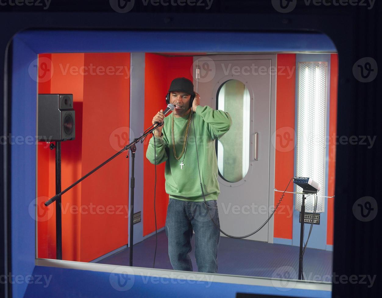 giovane che canta nello studio foto