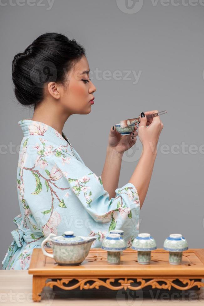 donna asiatica che prepara cerimonia del tè foto