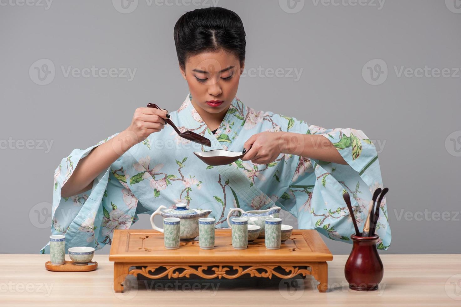 prepararsi per la cerimonia del tè foto
