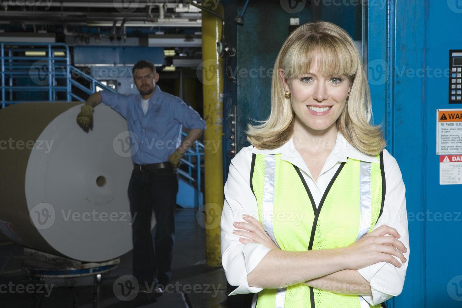 donna sorridente con uomo da enorme rotolo di carta foto
