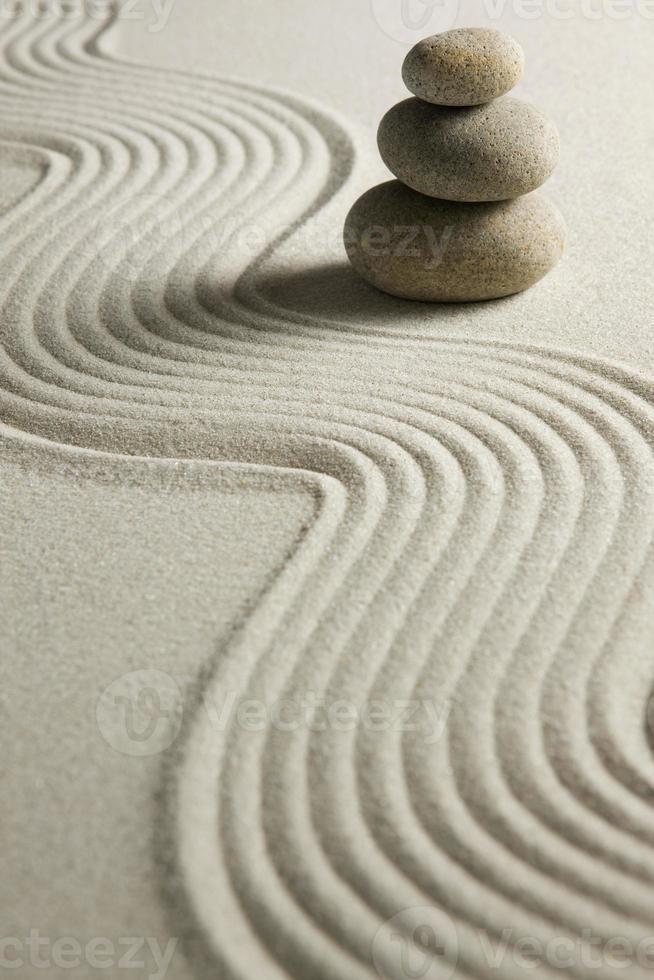pila di pietre sulla sabbia rastrellata foto