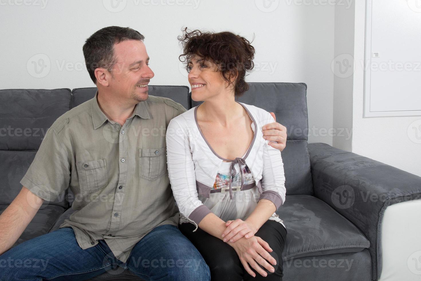 complicità di una coppia sul divano foto