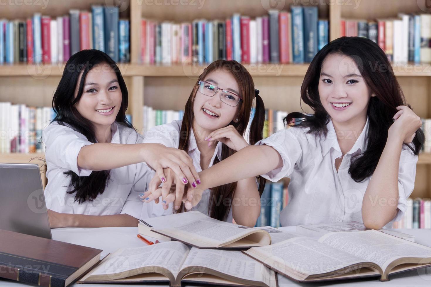 squadra di studenti che mostra la loro unità foto