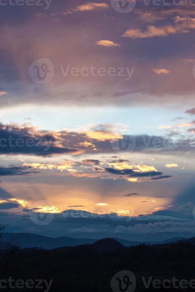 raggi di sole magico sole arancione viola foto