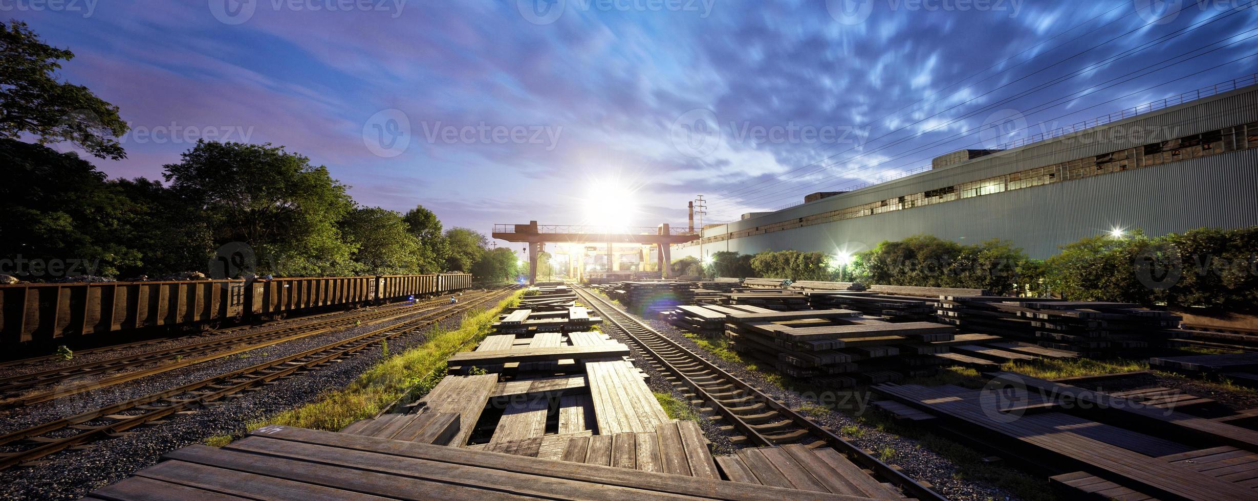 ferrovia nel crepuscolo foto