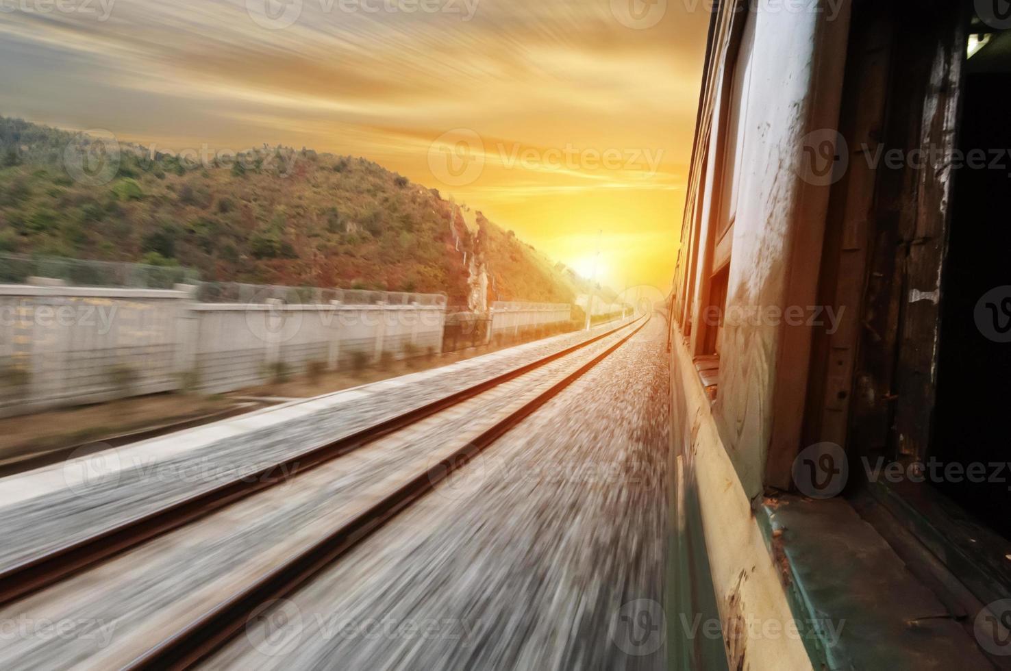 la strada da percorrere per la ferrovia foto