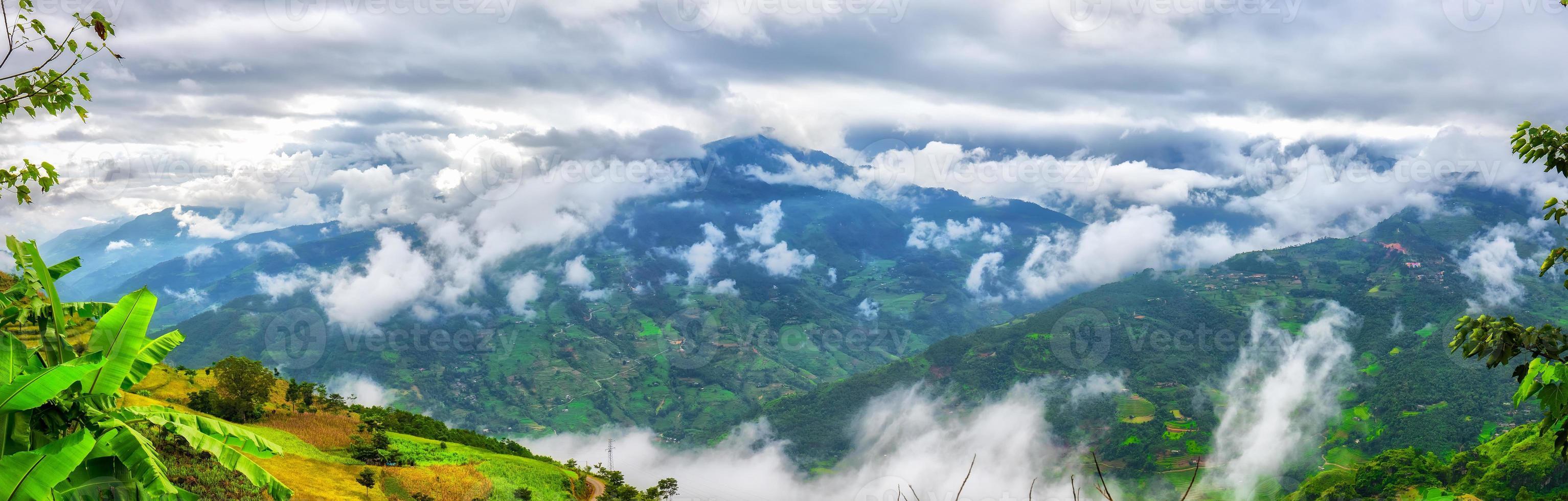 nuvole e montagna nord-ovest del Vietnam foto