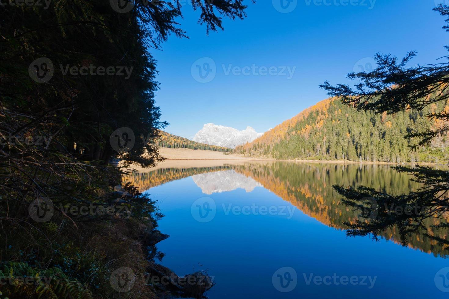 riflessioni sull'acqua, panorama autunnale dal lago di montagna foto