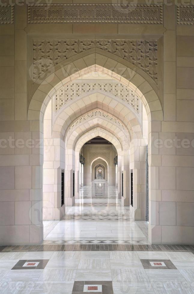 arcata della grande moschea di Muscat e pavimento in marmo foto