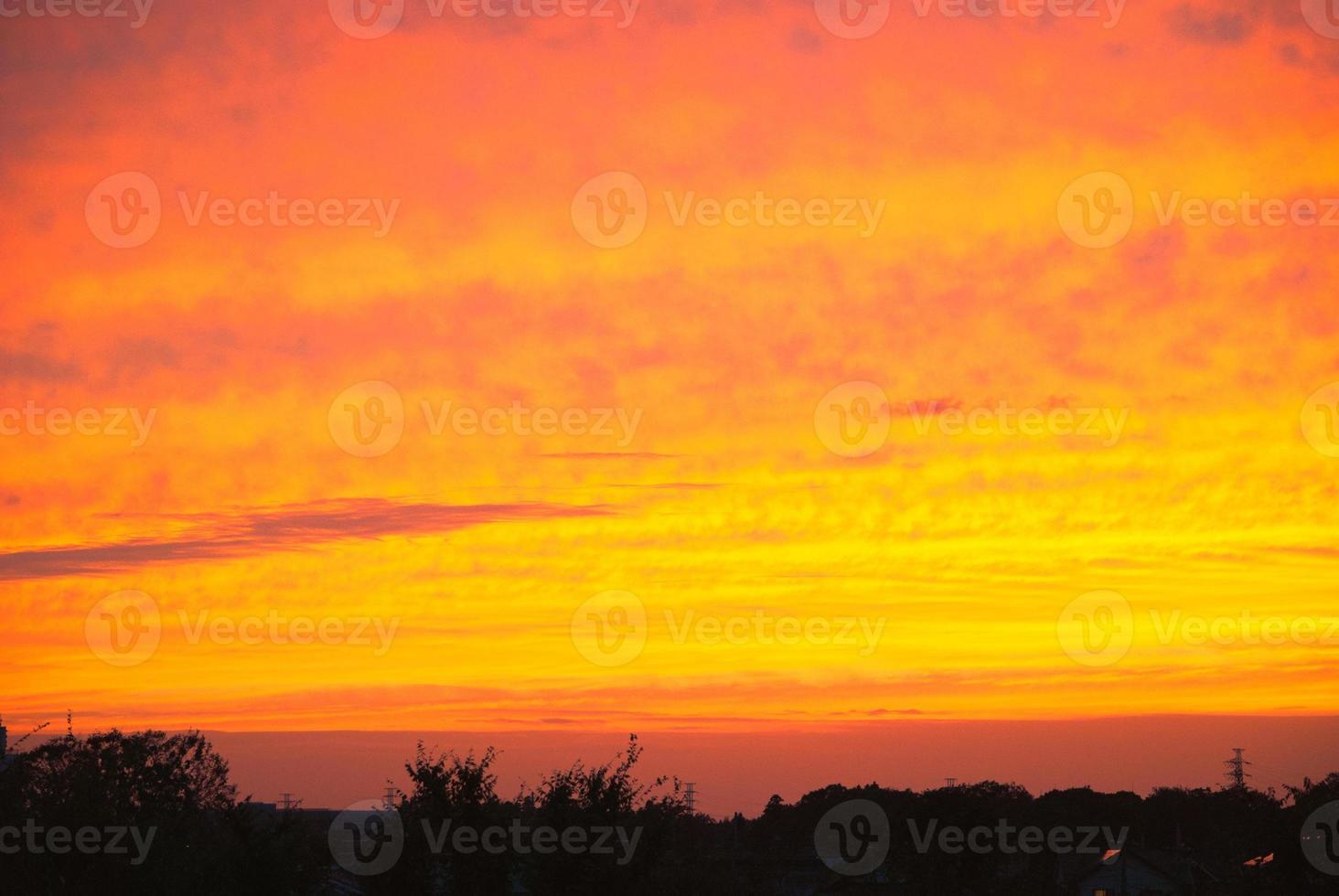 drammatici colori del tramonto sopra il cielo foto