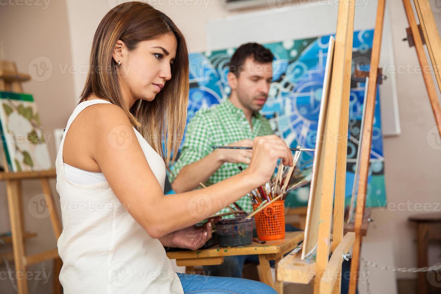 adulti che frequentano un corso d'arte foto