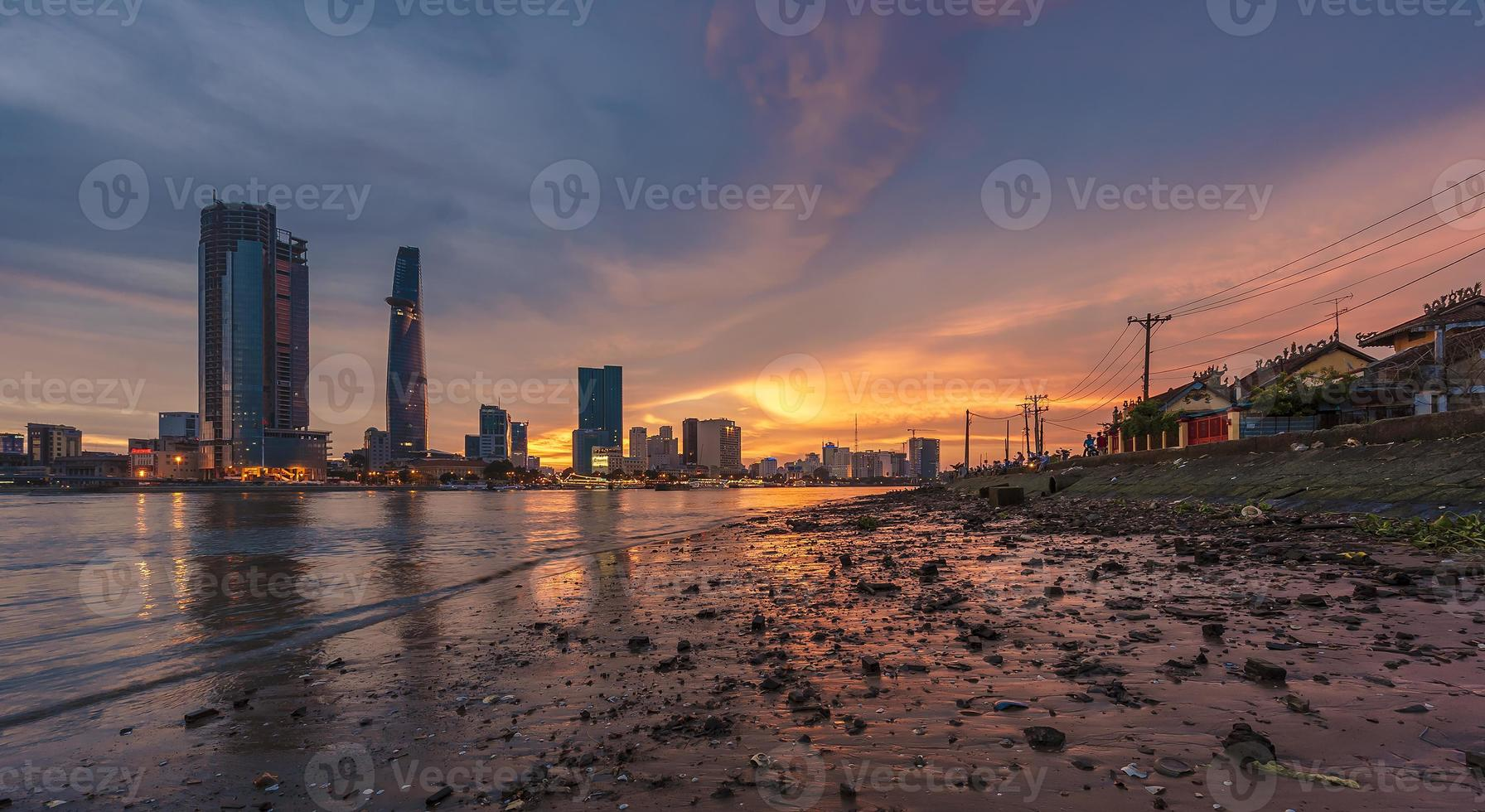 tramonto sul fiume Saigon foto