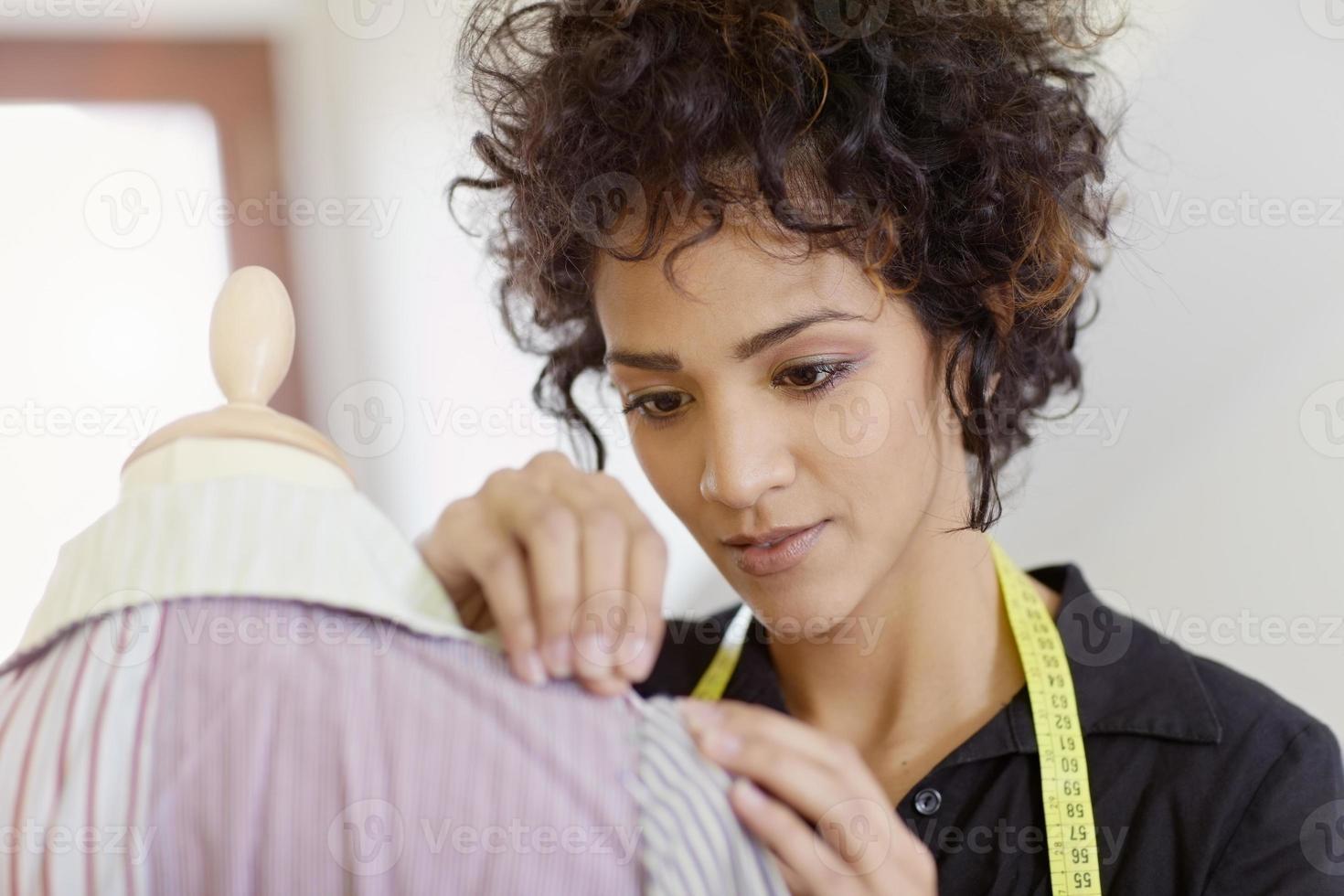 donna che lavora in studio di design di moda foto