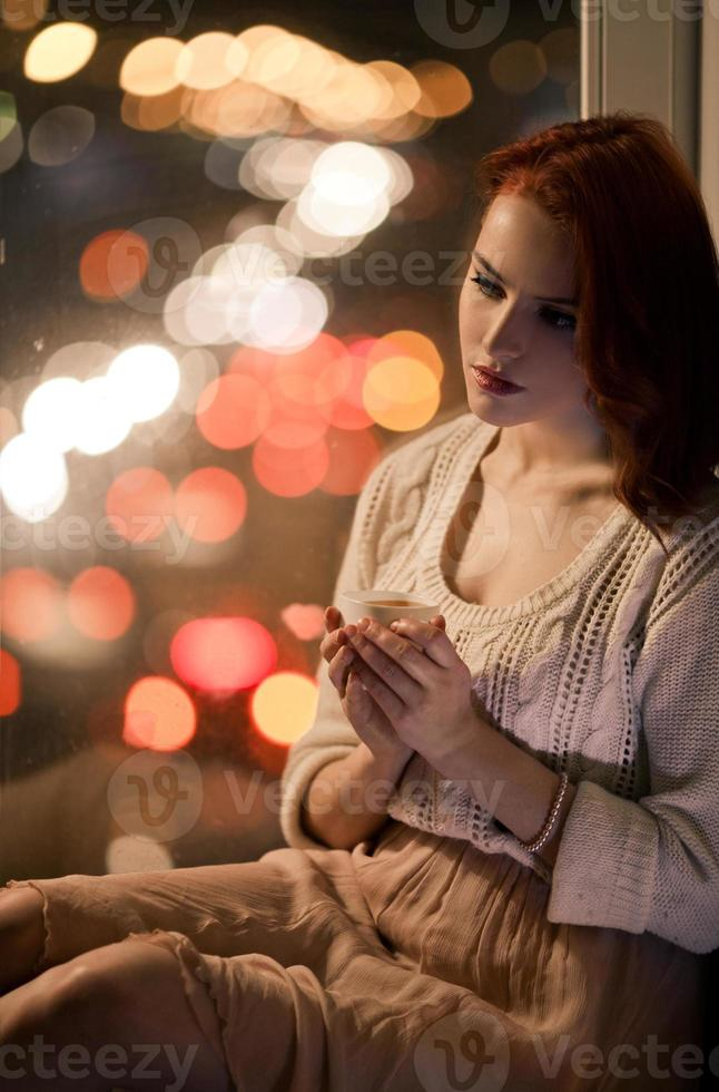 bella ragazza romantica con una tazza di caffè foto