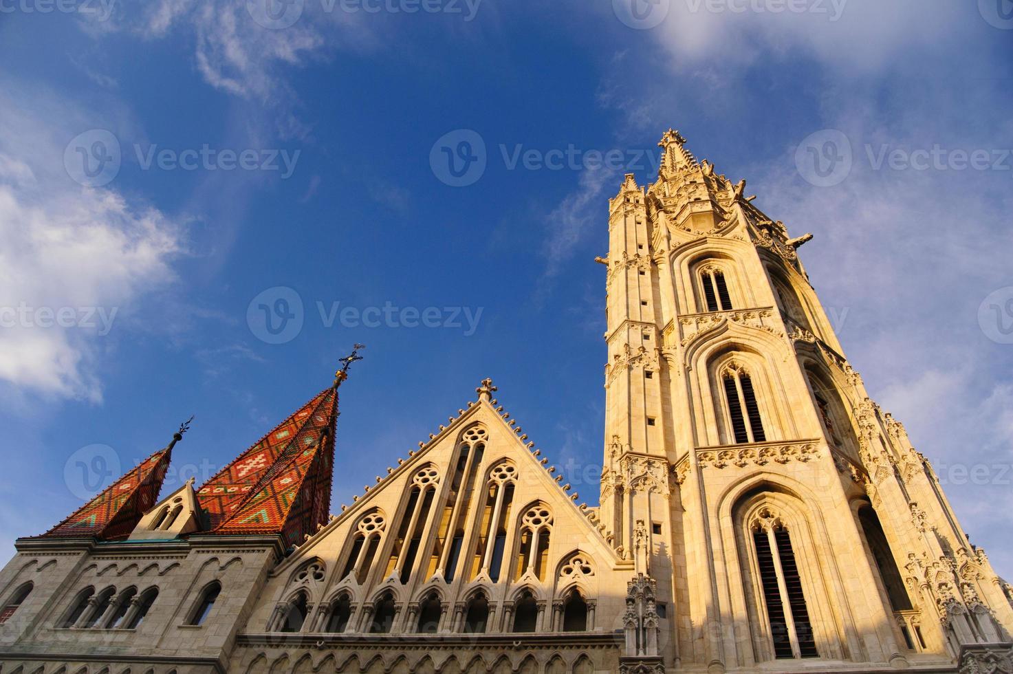 la chiesa di Mattia a Budapest al tramonto. foto