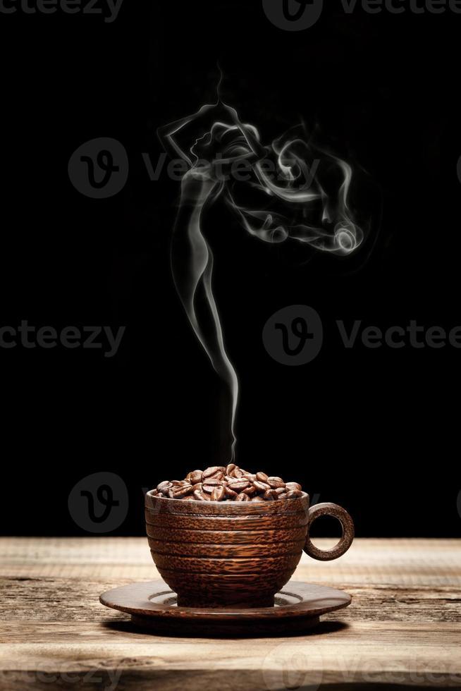 tazza di legno con fagioli e fumo a forma di donna foto