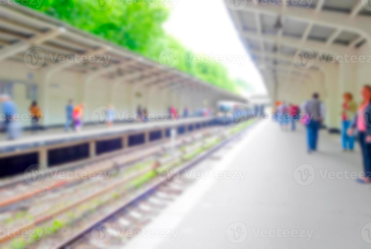 persone sfocate sulla piattaforma della metropolitana foto