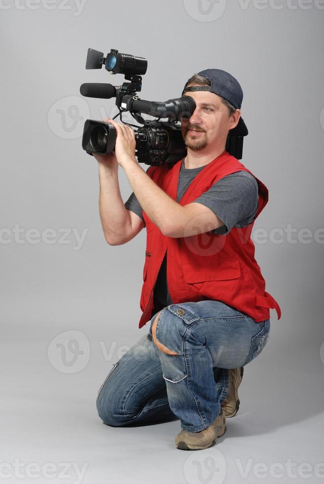 cameraman in giubbotto rosso foto