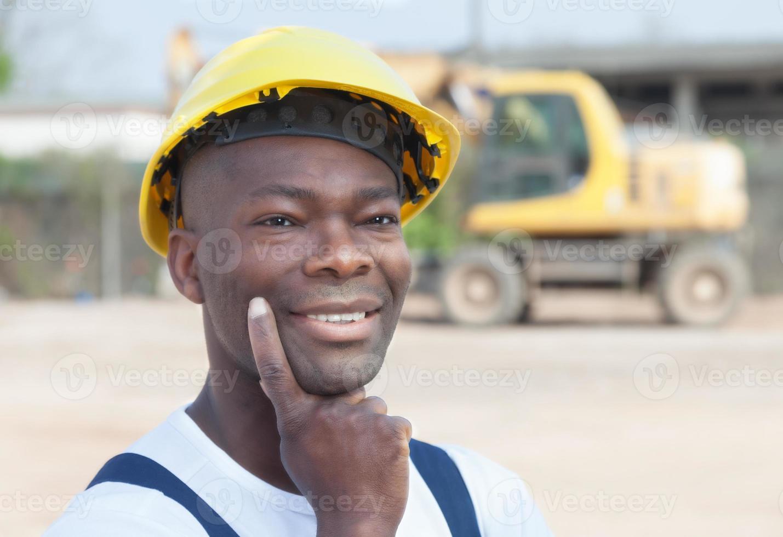 pensare che il lavoratore africano abbia un'idea foto