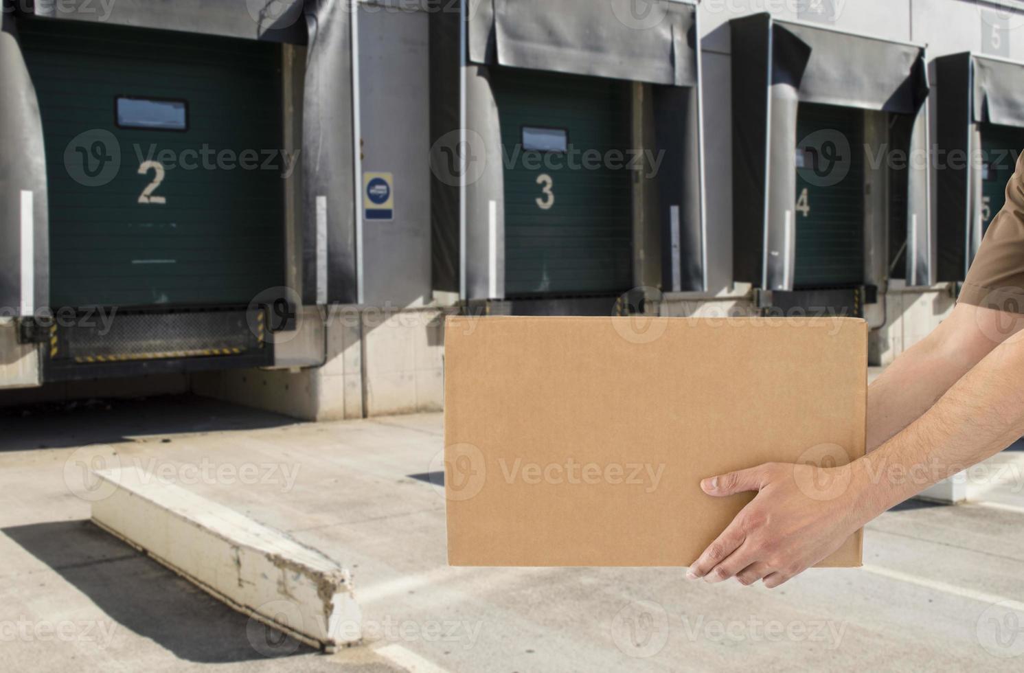 uomo che offre il suo trasporto di merci foto
