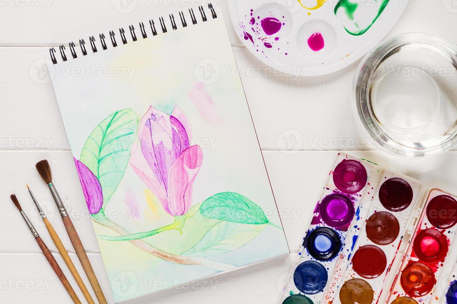 fiore della magnolia dell'acquerello in blocco note artistico foto