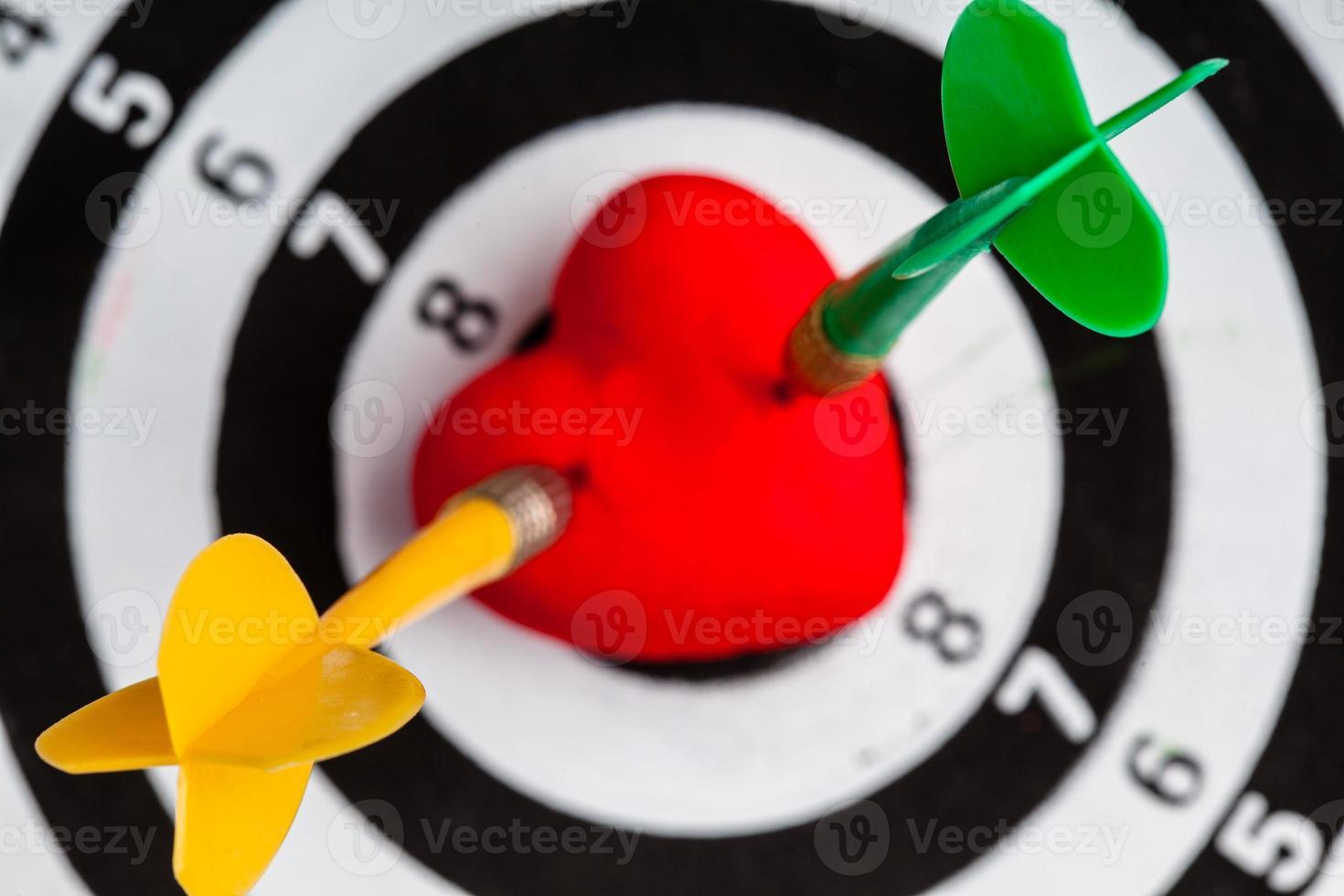 bersaglio bianco nero con freccette nel cuore amore come bullseye foto