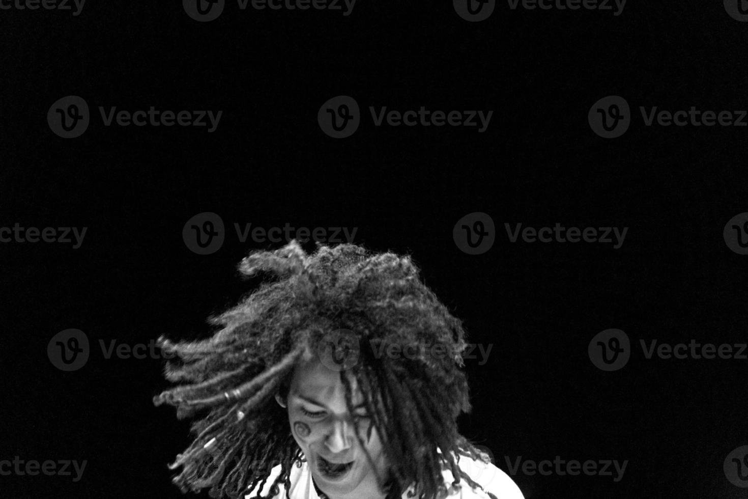 cantante rasta che si esibisce dal vivo sul palco foto