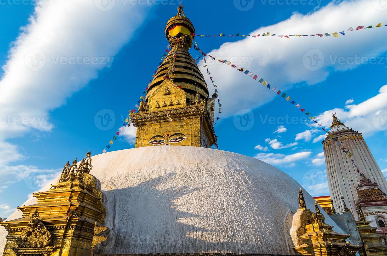 Vista frontale di Swayambhunath a Kathmandu, Nepal foto