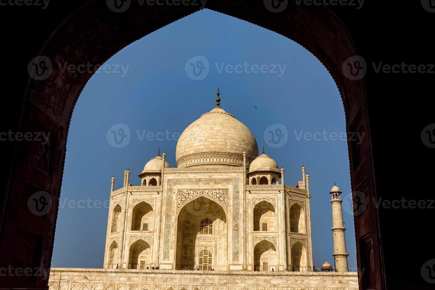 Taj Mahal incorniciato da un arco, cielo blu, foto