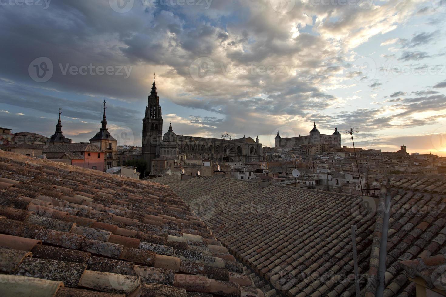 sopra i tetti di toledo al tramonto foto