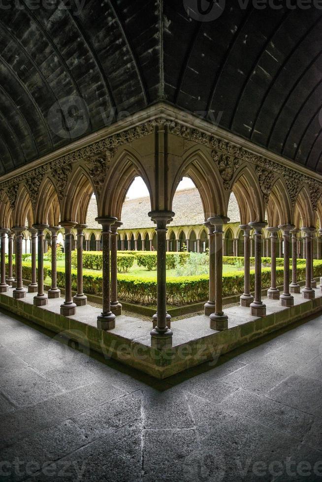 Particolare delle colonne del chiostro nel monastero di Mont Saint Michel. Normandia, Francia foto