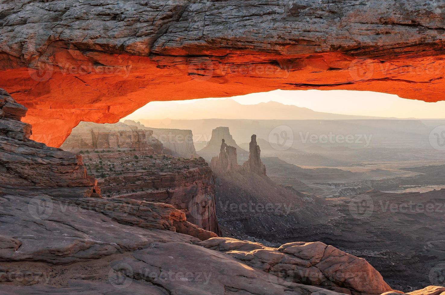 alba all'arco di MESA nel parco nazionale di canyonlands foto