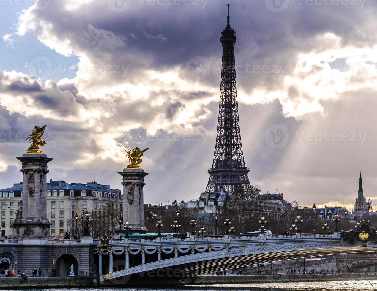 alexandre iii bridge e torre eiffel, parigi foto