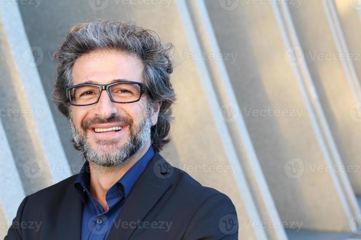 soddisfatto uomo maturo con gli occhiali sorridente foto