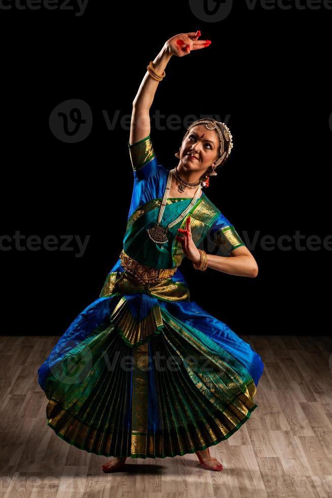 bella ballerina di danza indiana bharatanatyam foto